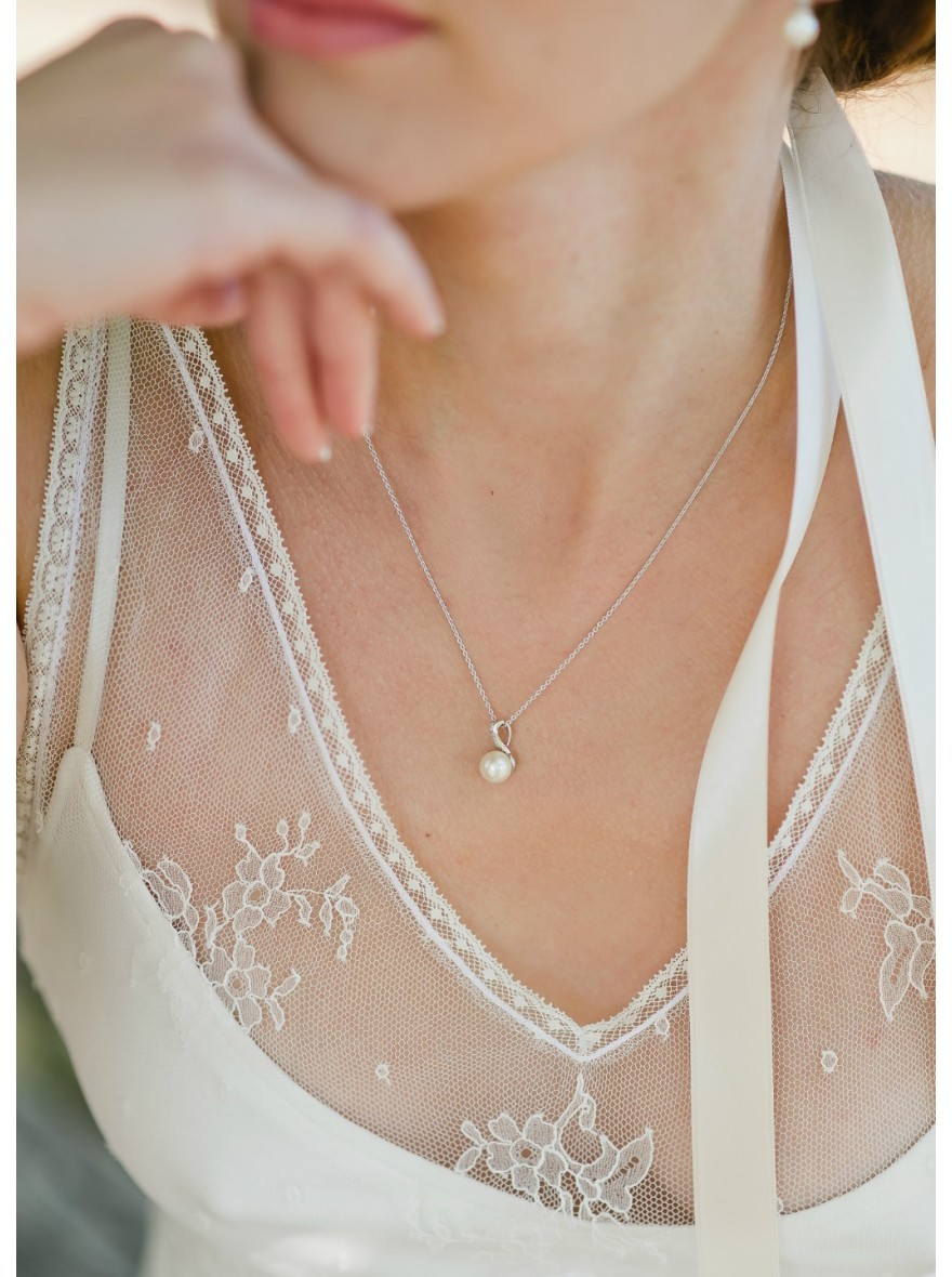 violaine collier mari e discret avec pendentif r tro perl so h lo. Black Bedroom Furniture Sets. Home Design Ideas