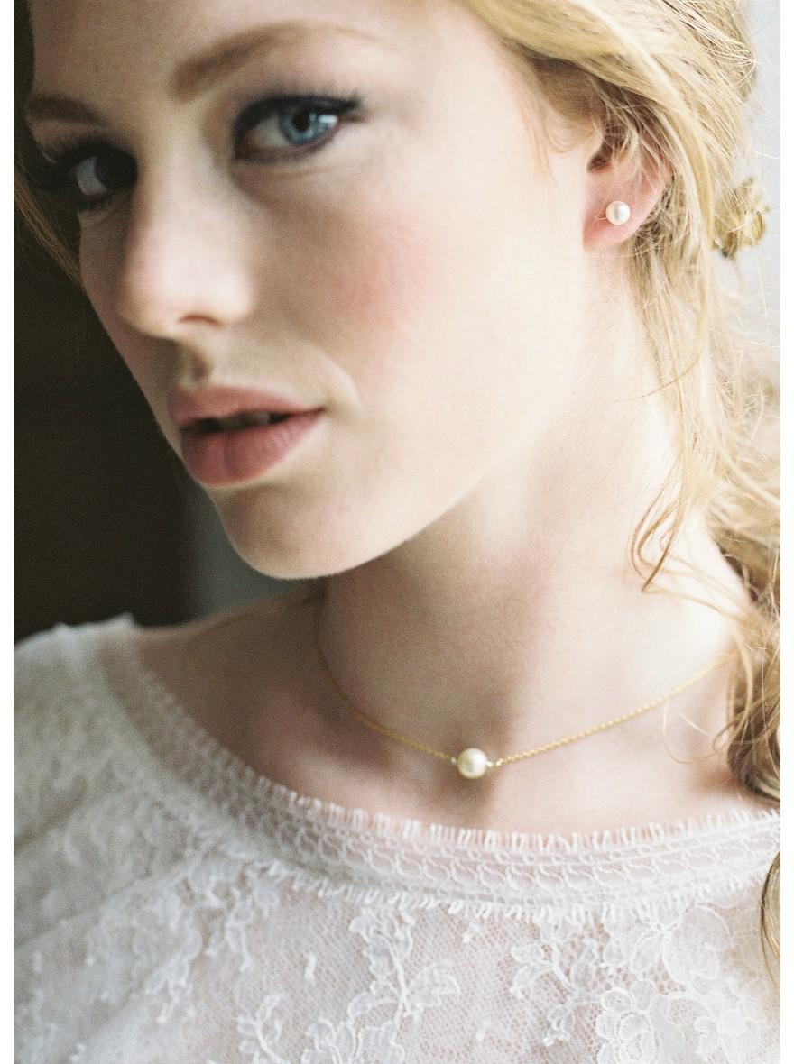 emilia collier de mari e perl avec bijou robe dos nu