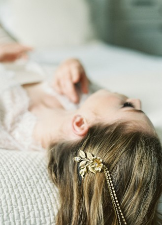 """Ornement de cheveux mariée """"Lorraine"""" avec fleurs et chaines en strass"""