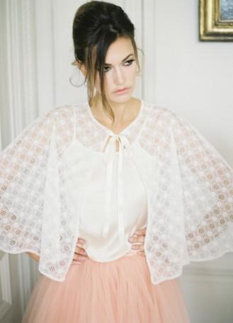 """""""Orlaya"""" cape en dentelle pour tenue de mariée"""