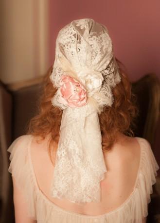 Bonnet de mariée rétro et bohème en dentelle et fleurs de soie
