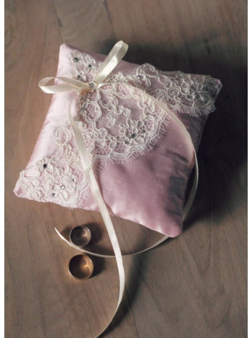 coussin d 39 alliances fait main avec fleurs de soie et dentelle. Black Bedroom Furniture Sets. Home Design Ideas