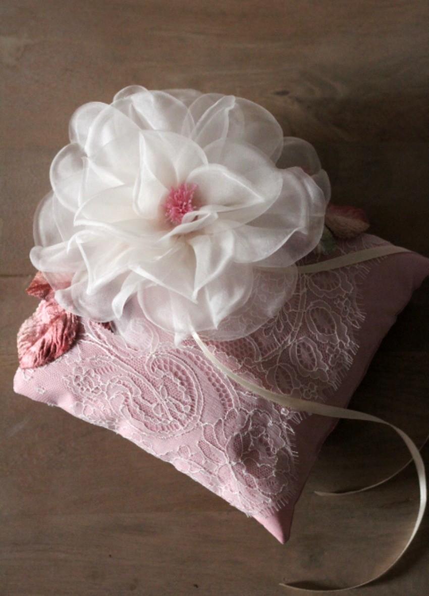 coussin porte alliances fait main avec dentelle et fleur. Black Bedroom Furniture Sets. Home Design Ideas
