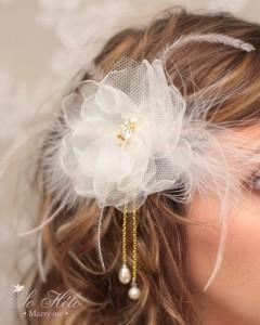 accessoire cheveux mariée bohème marie avec fleurs faite main en organza, plumes, perles et cristaux