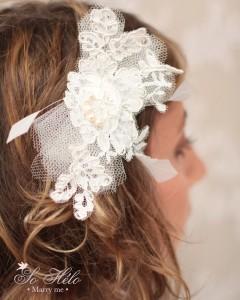 accessoire cheveux de mariée en dentelle de Calais avec plumes, perles et tulle