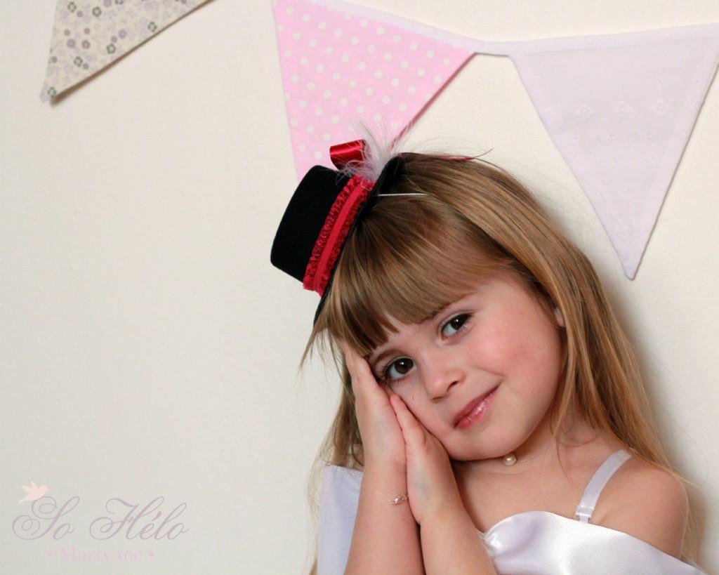 Chapeau de cérémonie , mini chapeau enfant avec plumes et strass