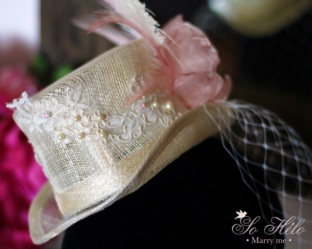 Détail dentelle de calais brodée sur chapeau de mariage rétro avec voilette