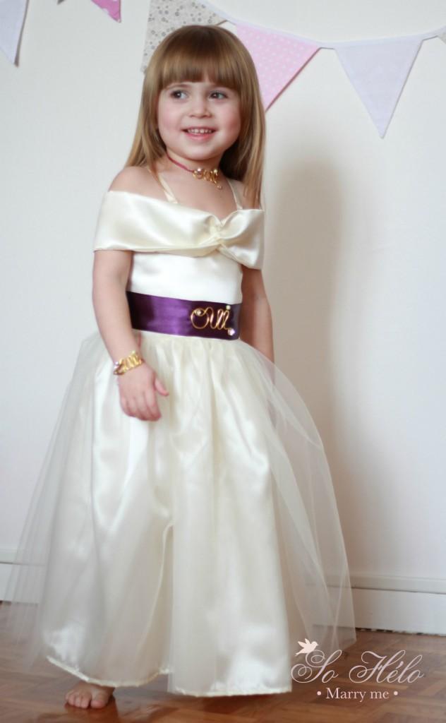 Robe de cortège avec ceinture oui , bracelet oui et collier oui pour enfant