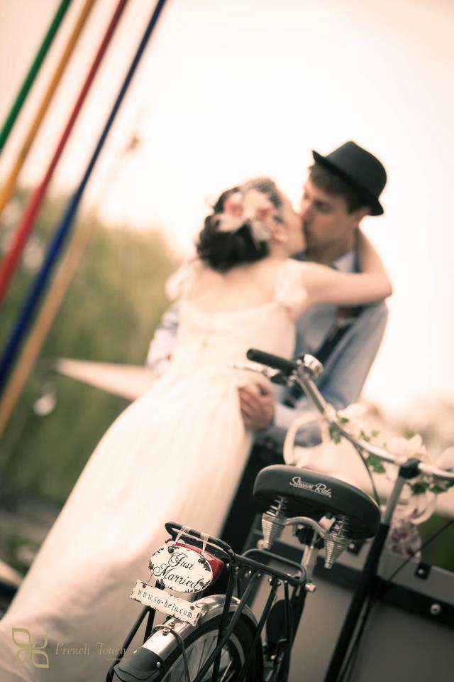 Mariage rétro vintage bohème avec vélo rétro avec pancarte just married