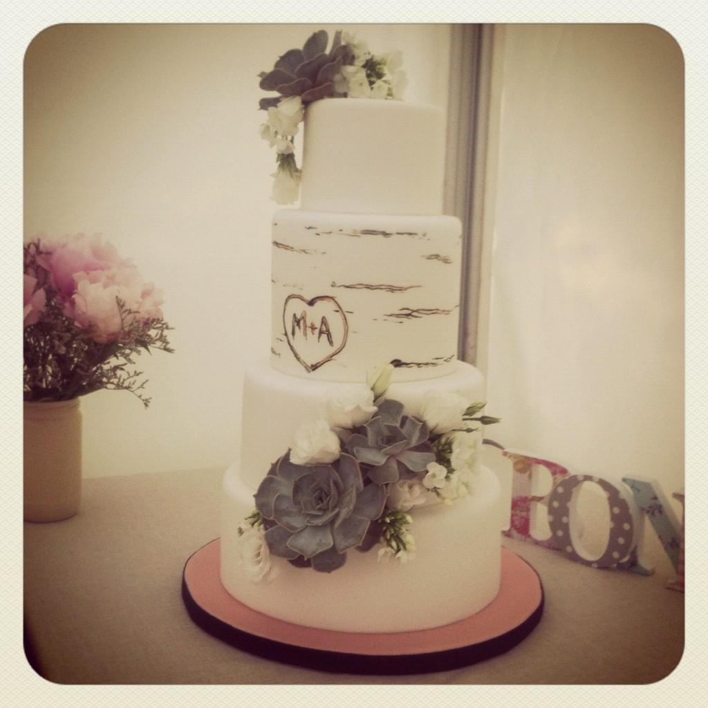 Wedding cake sugarplum romantique avec fleurs et initiales des mariés