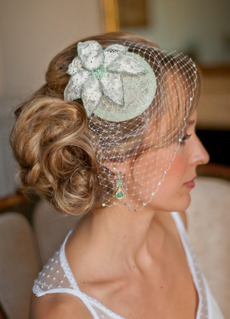 bibi fleur en dentelle avec voilette mariée courte et cristaux profil