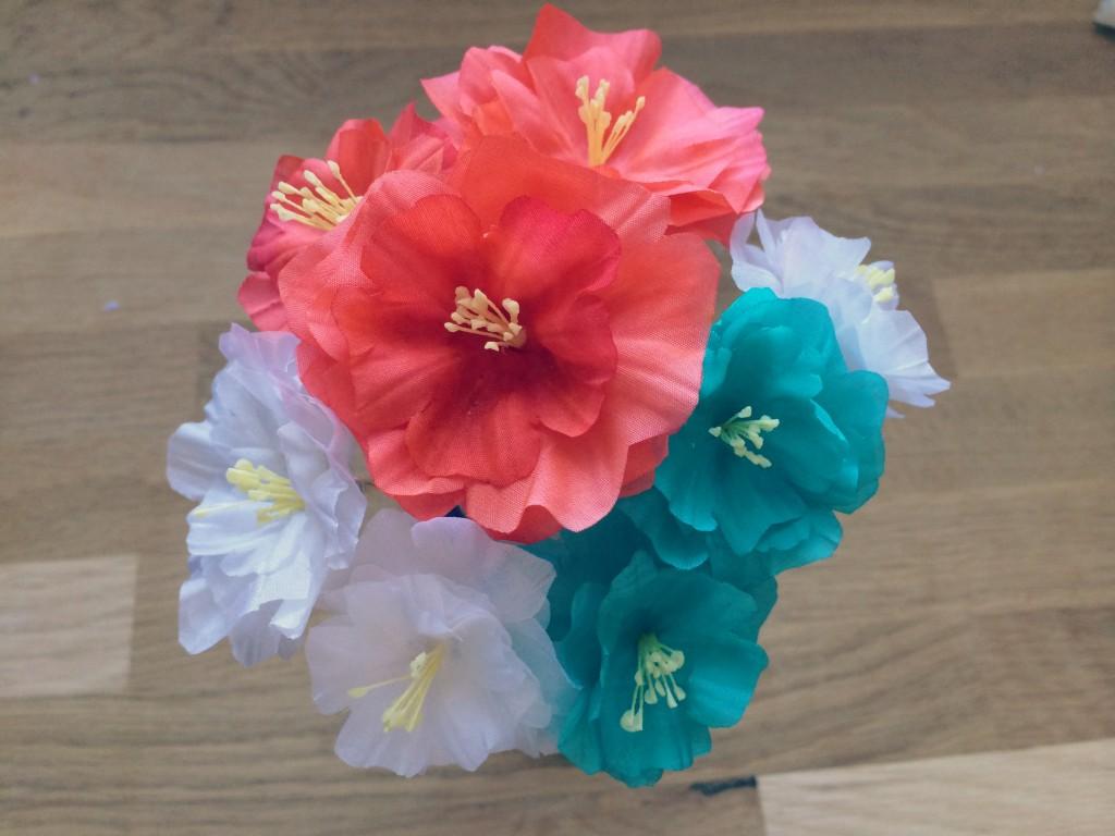 fleurs en soie teintes assemblées