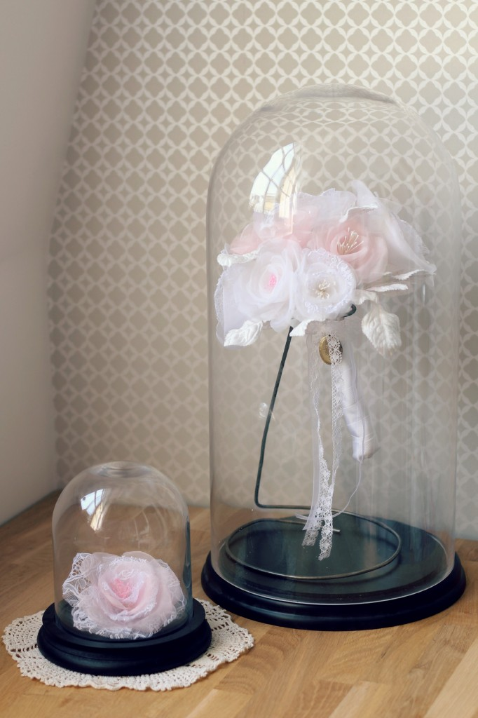 Bouquet mariée en fleurs de soie sous cloche en verre blanc rose