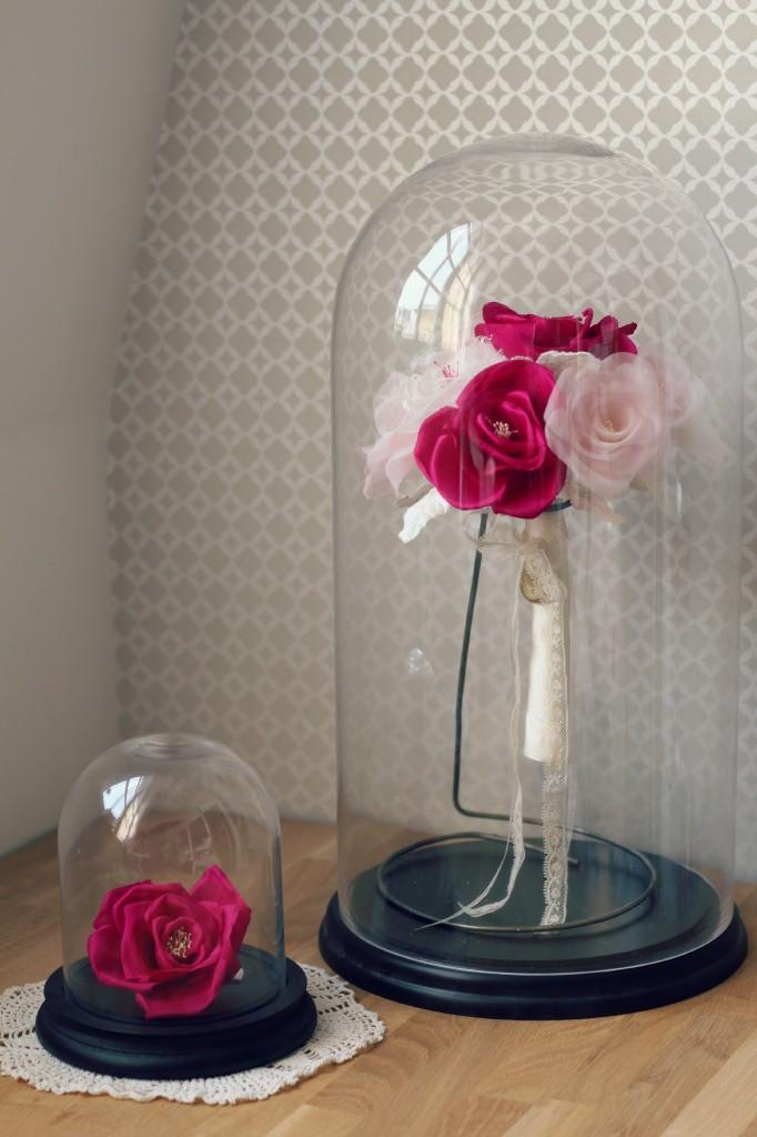 Bouquet mariée en fleurs de soie sous cloche en verre