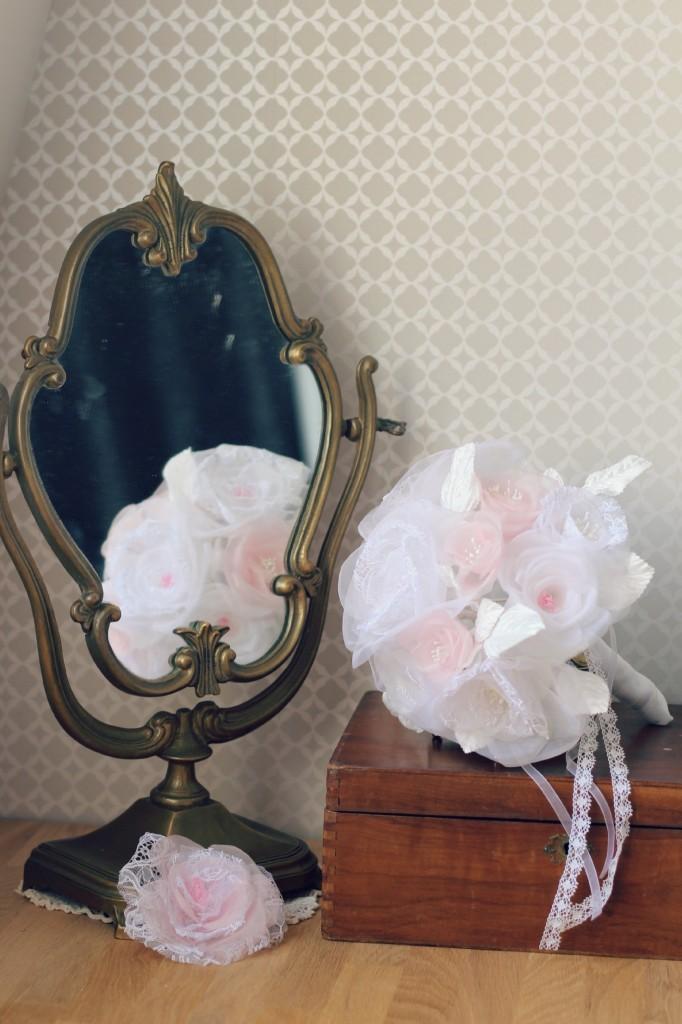 ambiance bouquet de mariée éternelle en fleurs de soie et dentelle avec miroir vintage