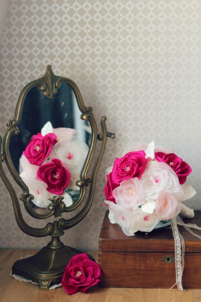 ambiance bouquet de mariée éternelle en fleurs de soie fushia ivoire avec miroir vintage