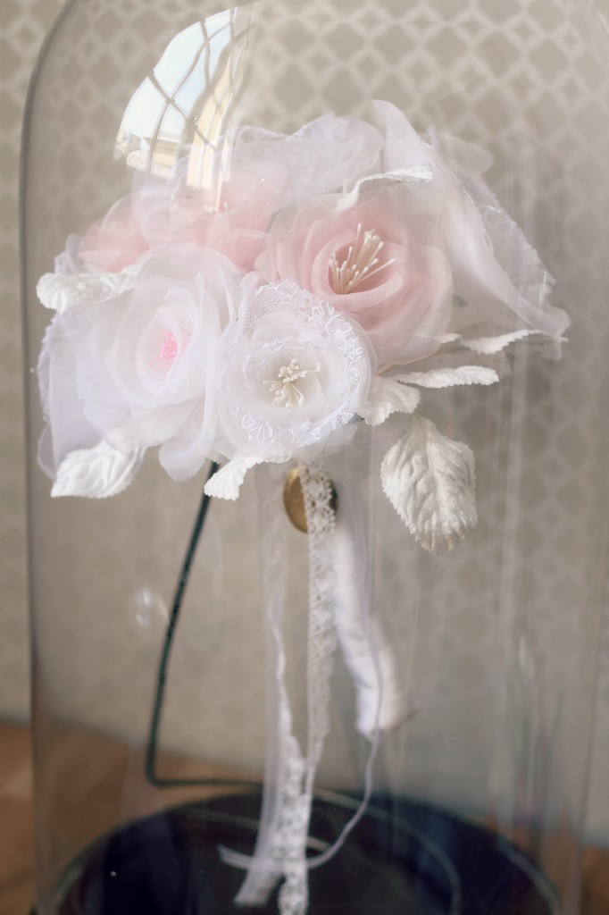 bouquet de mariée en soie et dentelle blanche sous cloche en verre