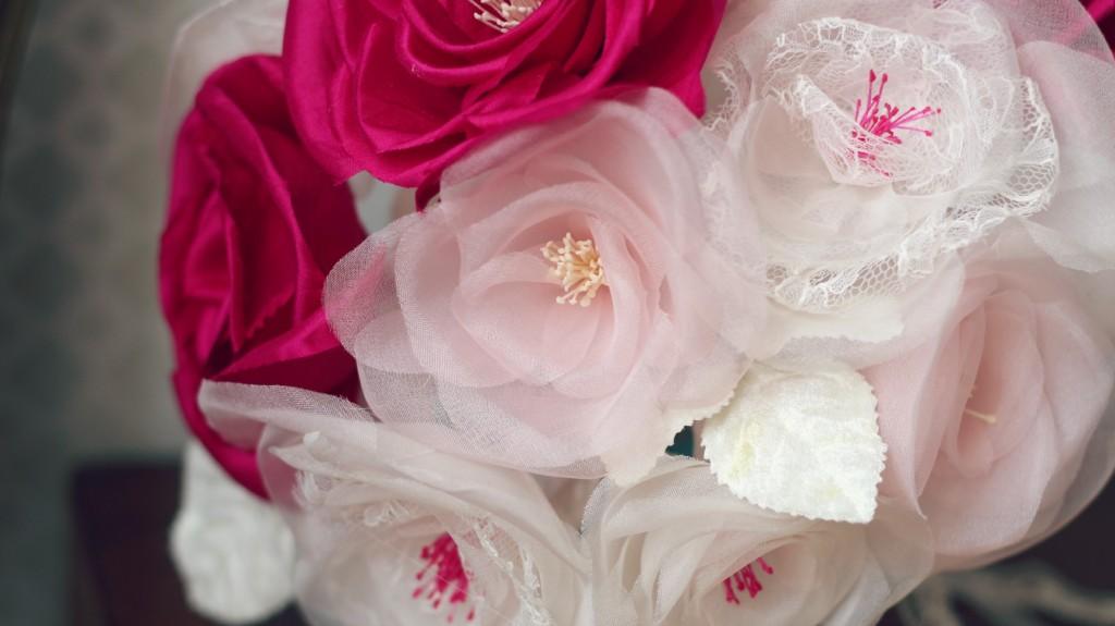 détails roses en soie et dentelle bouquet de mariée éternelle dentelle