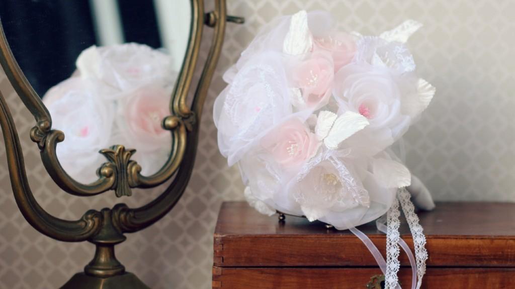 détails roses en soie et dentelle bouquet de mariée éternelle miroir vintage