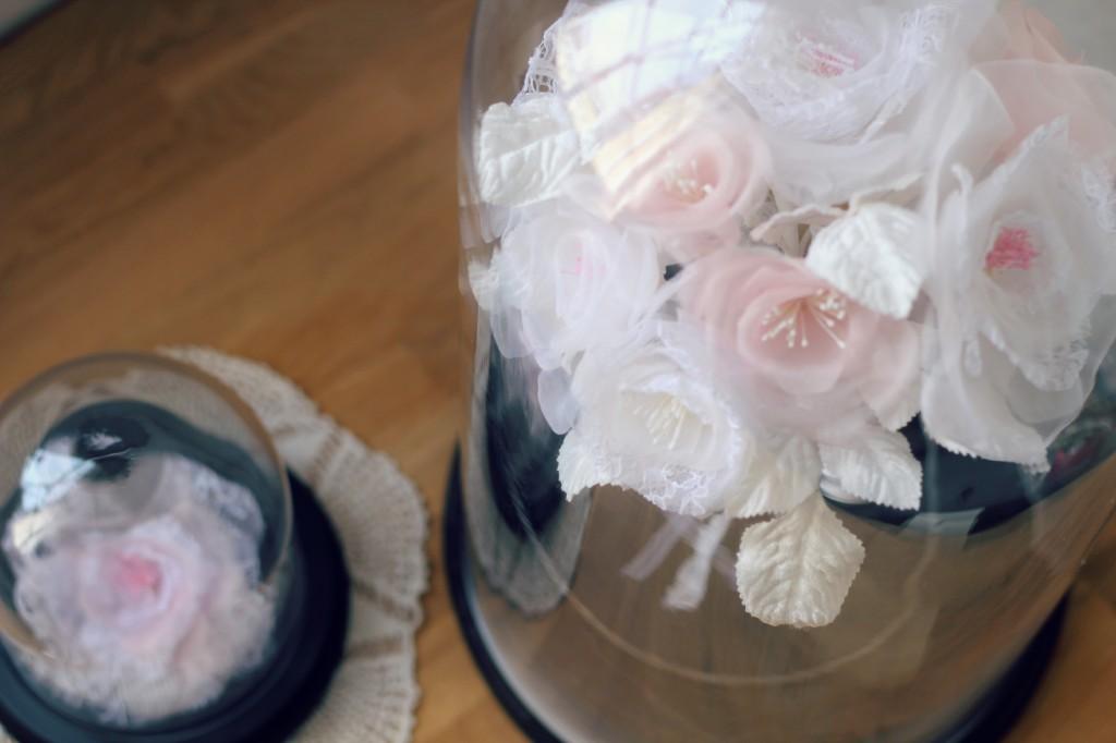 détails roses en soie et dentelle bouquet de mariée éternelle sous cloche en verre décorative