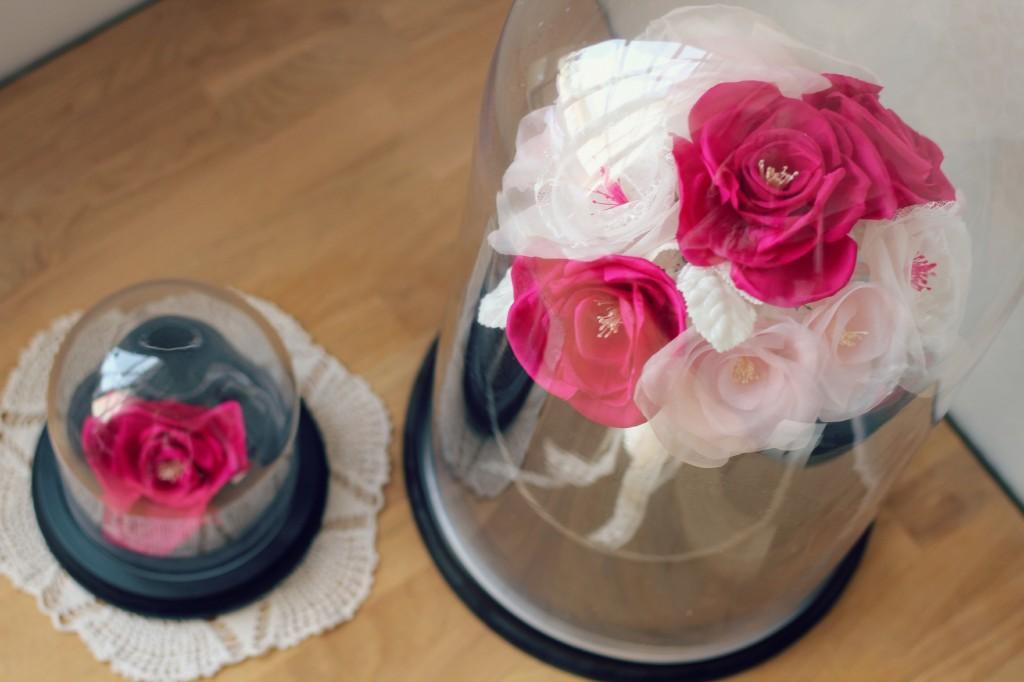 détails roses en soie et dentelle bouquet de mariée éternelle sous cloche en verre