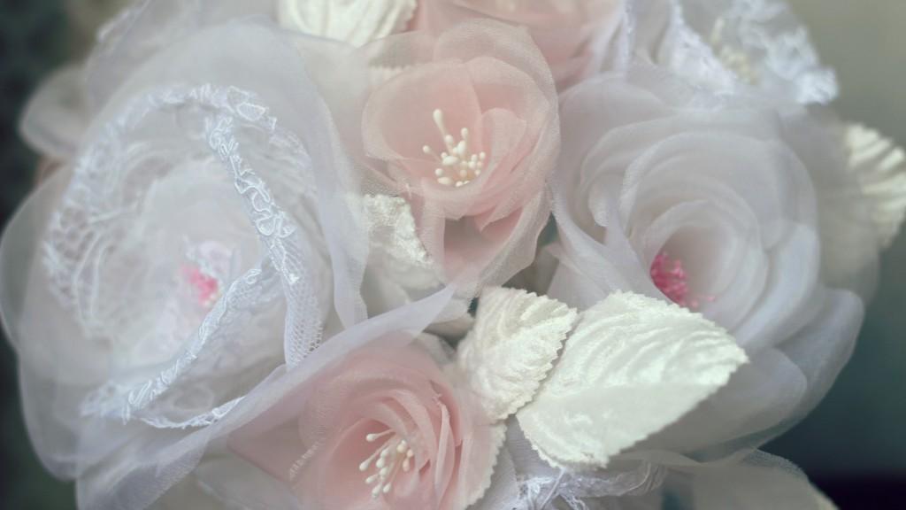 détails roses en soie et dentelle bouquet de mariée éternelle