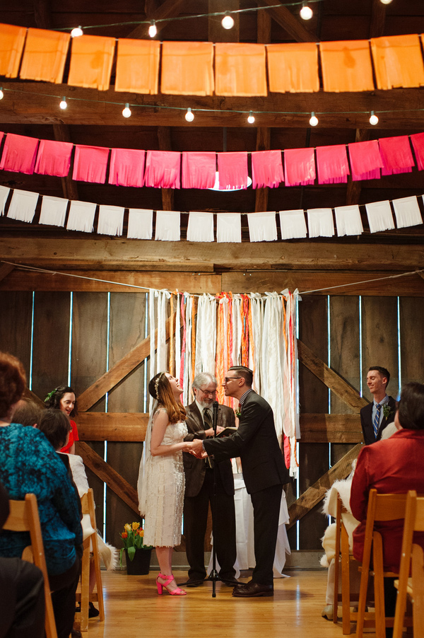 Guirlande mariage cérémonie grange - photo by http://veronicavaros.com