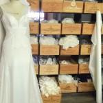 Atelier, dentelles et robe en cours de confection Confidentiel Création