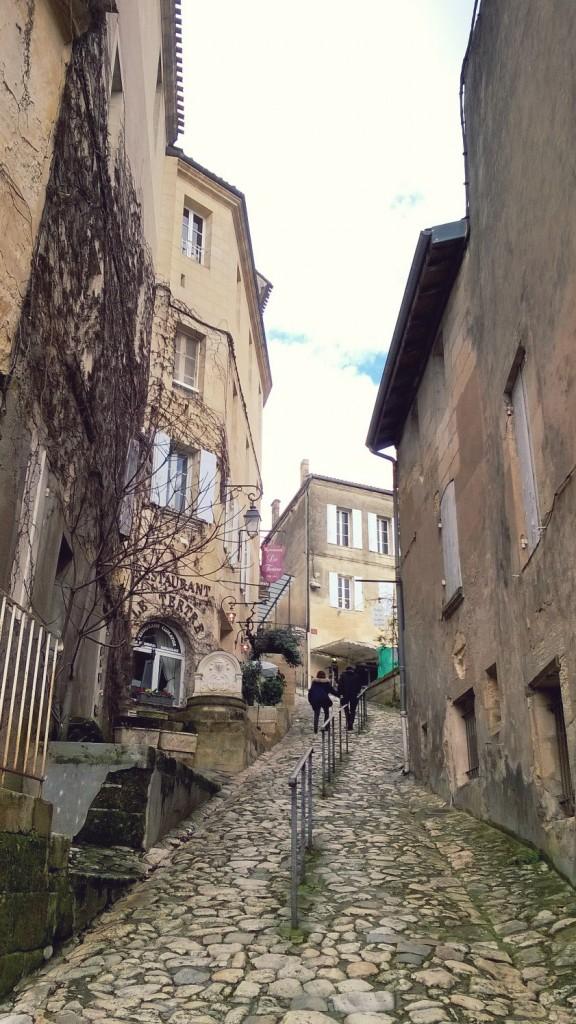 village saint Emilion Gironde rue pavée