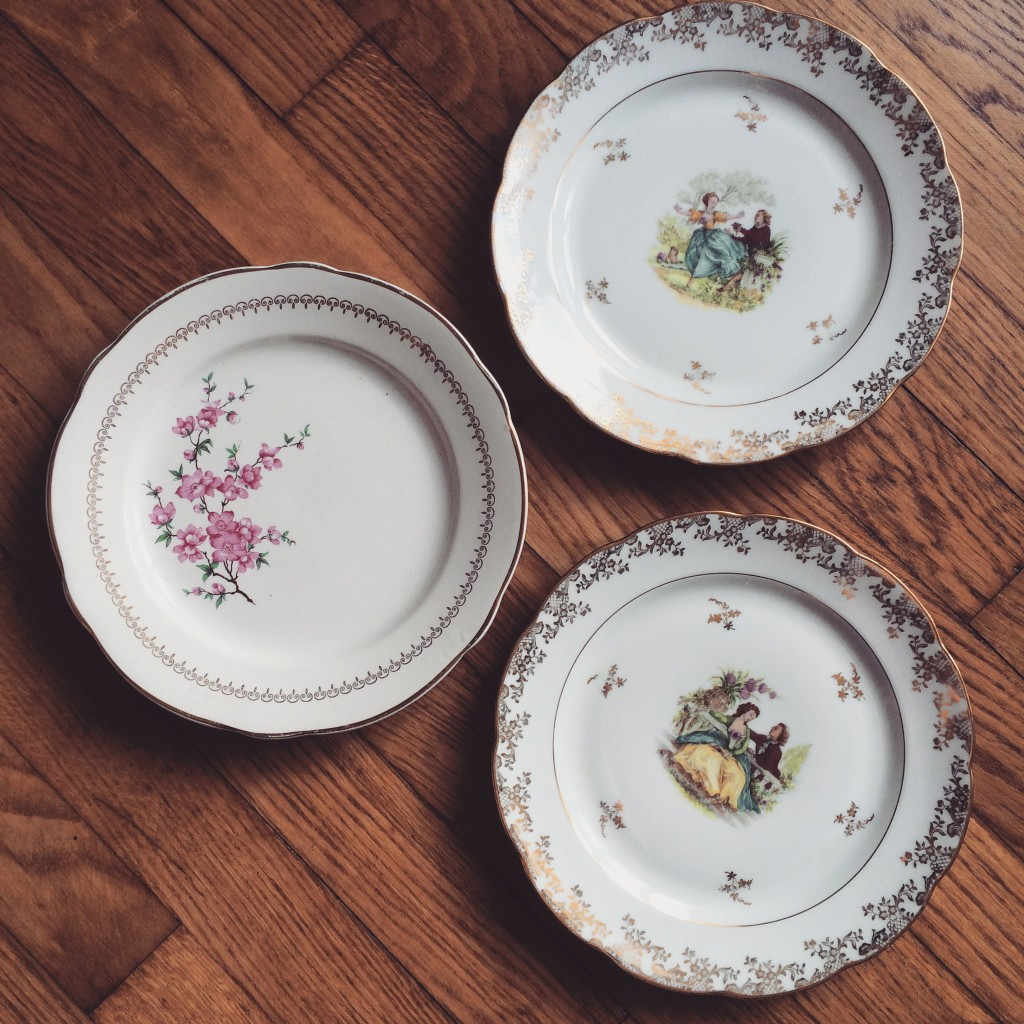 assiettes vaisselles vintage porcelaine dorure et scène amoureux mariage