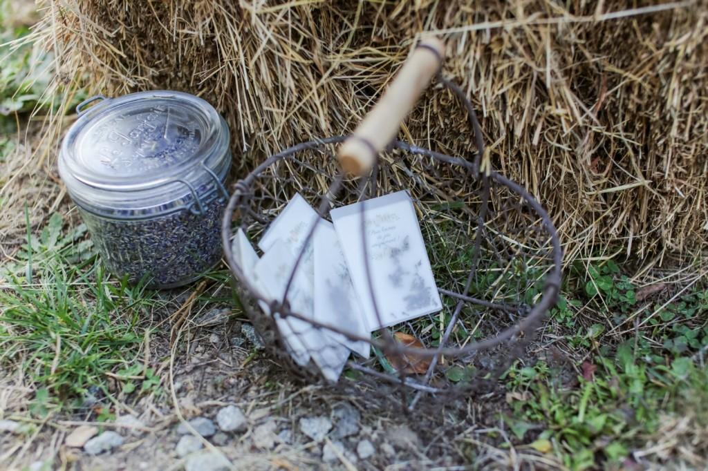 Lavandes et mouchoirs DIY cérémonie Laïque mariage