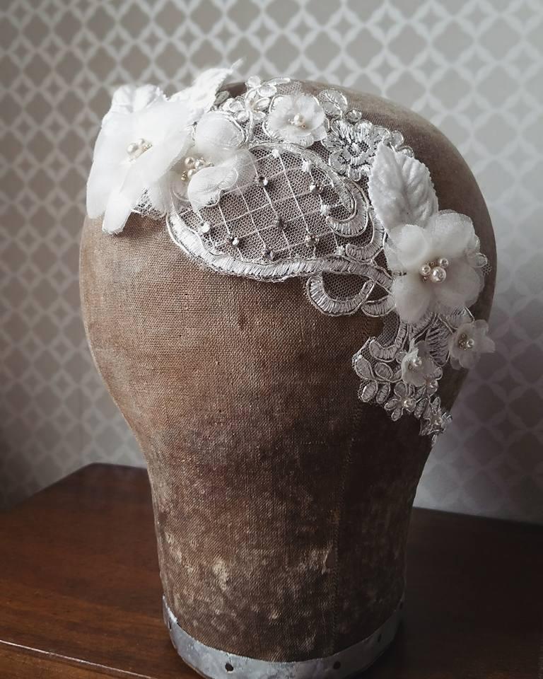 bijou de tête mariage pièce dentelle fleur en soie sur peignes