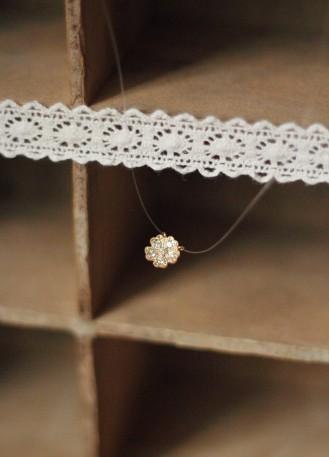 Collier témoin avec pendentif forme petite fleur
