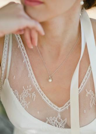 """""""Violaine"""" Collier mariée discret avec pendentif rétro perlé"""