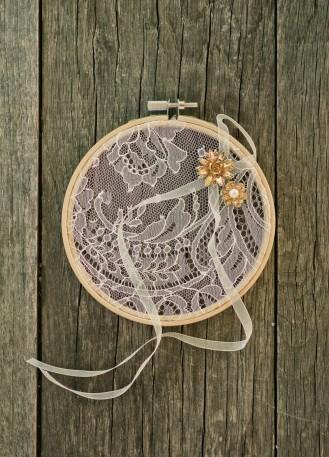 Porte alliances original avec broderie anglaise et fleur en soie