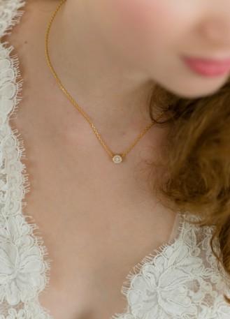 """""""Clémence"""" collier de mariée avec pendentif serti rond, fin et discret"""