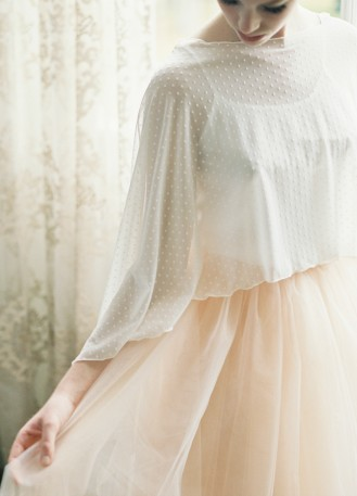 """""""Camomille"""" cape longue en plumetis pour tenue de mariée"""