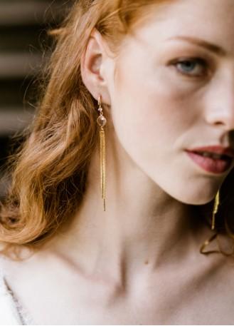 """Boucles d'oreilles mariée """"Satine"""" avec sertis modernes et pompons"""