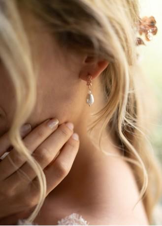 """Boucles d'oreilles mariée """"Anae"""" avec perles nacrées et attaches ajourées"""