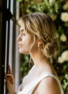 """Boucles d'oreilles mariée """"Holly"""" avec gouttes de cristal et attaches fleuries"""