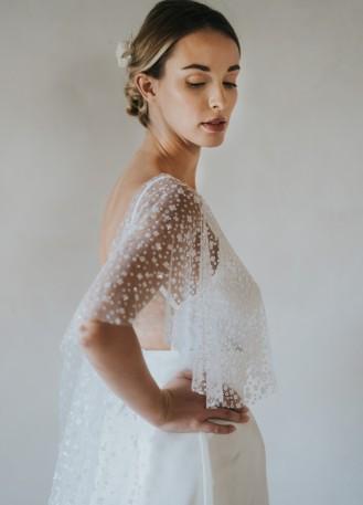 Cape mi-longue en tulle à paillettes pour tenue de mariée