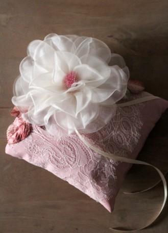 Coussin alliances en dentelle avec rose soie