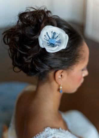 Ornement de cheveux mariée avec fleur en soie et cristaux faite à la main