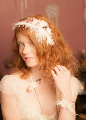 accessoire-cheveux-marie_e-bohe_me-avec-plumes-et-fleurs