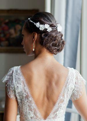 couronne-mariee-tresse-bois-perles-fleurs-soie-chignon-arriere-discret